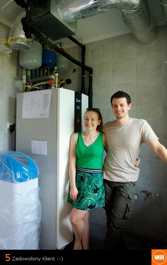 zdjęcie zadowolonych klientów, pary na tle pompy